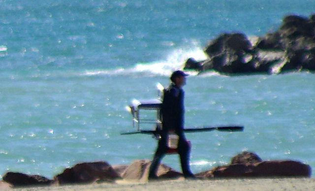 Angler mit voller Ausrüstung, aus der Zukunft angereist