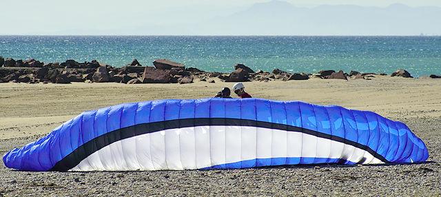 Gleitschirmfliegen am Strand? Alles nur Übung . . .