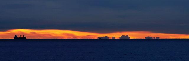 die Küste zugedeckt ~ nur über dem Horizont ein schmaler Streifen goldenes Licht