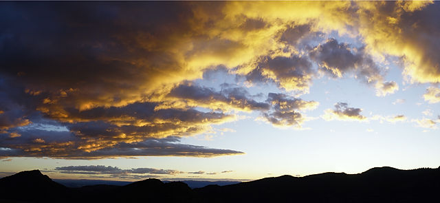 * Wolkenpanorama mit Gebirge? ~ Gebirgssilhuette mit Wolken? *