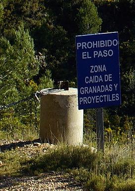 Durchgang verboten ~ Zone fallender Granaten und Projektile