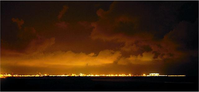 ein wenig dezenter belichtet: niedrig hängende Wolken, nachts von unten beleuchtet vom Hafen von Sagunt
