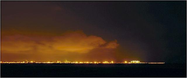 ein wenig später: niedrig hängende Wolken, nachts von unten beleuchtet vom Hafen von Sagunt