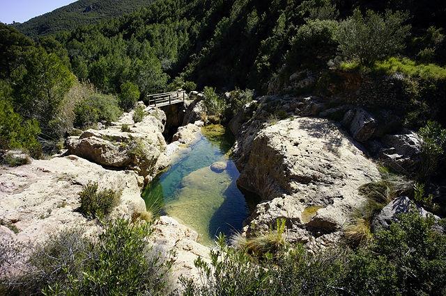 klares Wasser in einer riesigen Badewanne