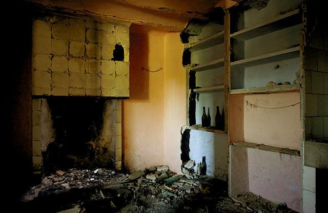 verlassenes Bauernhaus ~ Erdgeschoß, Küche, offener Kamin, eingemauerte Regale