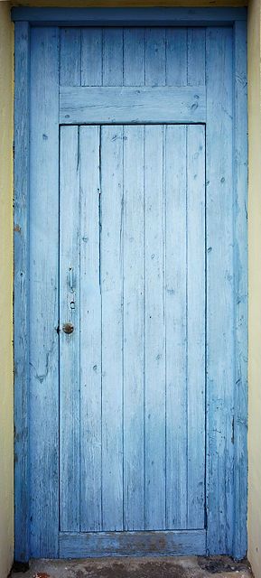 verwaschen und ausgebleicht ~ blau gestrichene Holztür