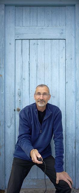 verwaschen und ausgebleicht ~ blau gestrichene Holztür mit Gutmann
