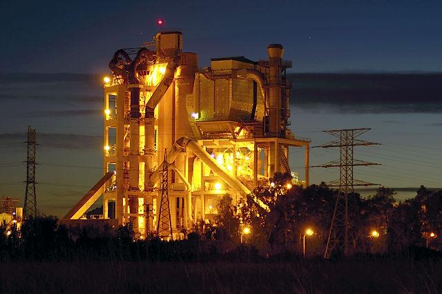 Zementfabrik in Port de Sagunt ~ abends mit Beleuchtung
