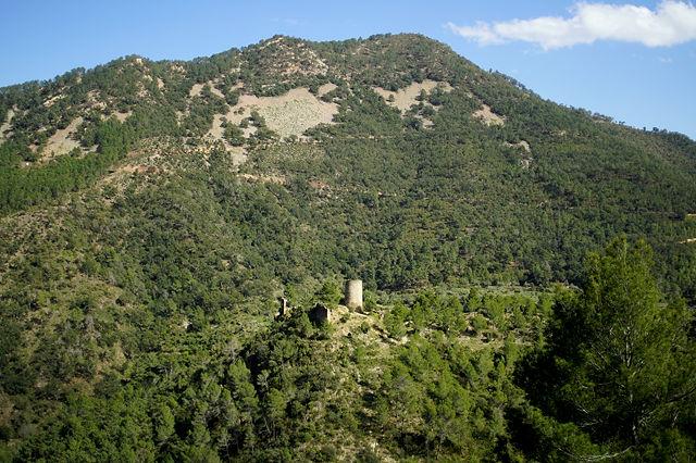 über dem Pass ~ Burg auf einem Hügel mitten im Tal