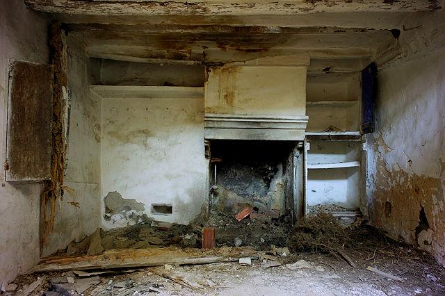 verlassener Bauernhof in der Sierra de Gúdar ~ Erdgeschoß, Küche, offener Kamin, eingemauerte Regale