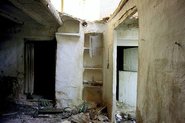 verlassener Bauernhof in der Sierra de Gúdar ~ Erdgeschoß, Küche, links hinter dem Vorhang Schlafzimmer