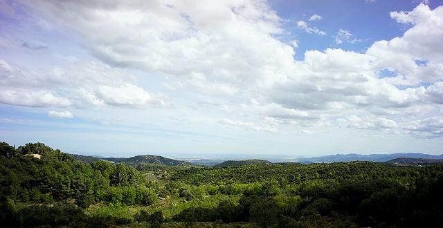 Tribecamp ~ Aussicht vom Gemeinschaftshaus über die Berge zur Küste