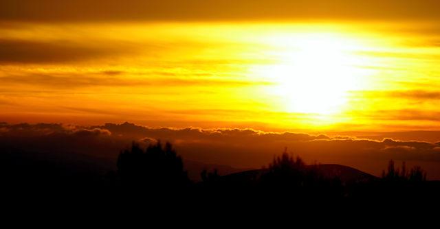 7:22 ~ kurz nach Sonnenaufgang Wolken über dem Meer hinter den Bergen