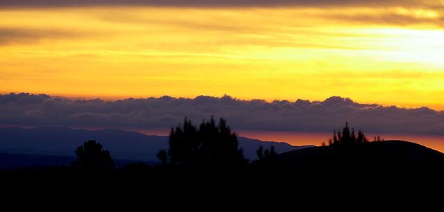7:30 ~ Wolken über dem Meer hinter den Bergen