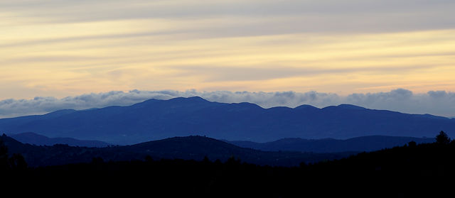 7:44 ~ Wolken über dem Meer hinter den Bergen