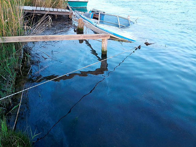 an der Ebromündung ~ abgesoffenes Boot, Dieselschlieren
