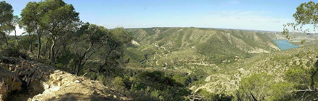 links Schützengraben, Tal mit Straße, Ebro aufgestaut rechts im Bild