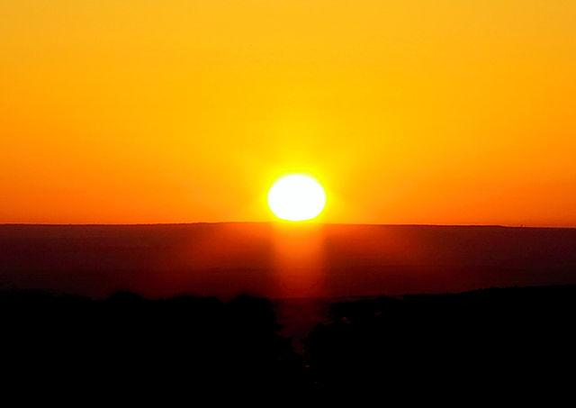 nah ~ Sonnenaufgang unspektakulär auf der hohen Ebene