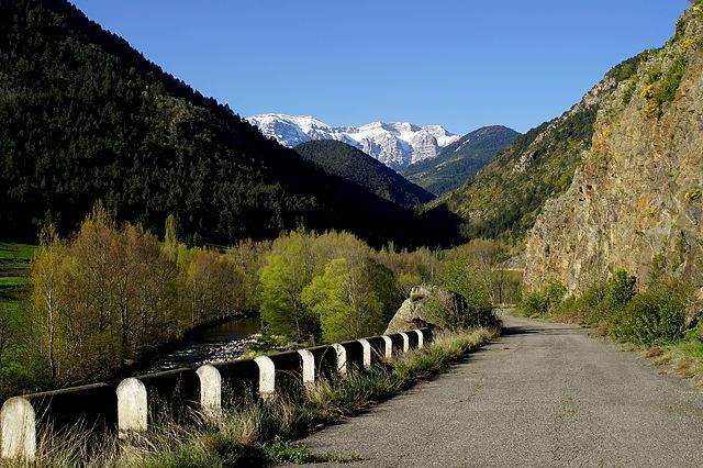 die alte N260, im Hintergrund Serra del Cadí, zweieinhalbtausend und siebenundsechzig