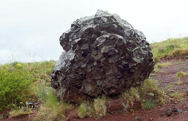 abgebrochen? Basalt in kristallenen Strukturen
