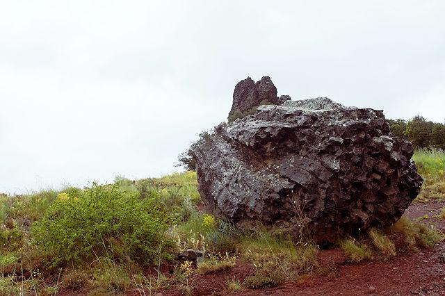 abgebrochen? Basalt in kristallenen Strukturen. Im Hintergrund Roque du Sarrasine