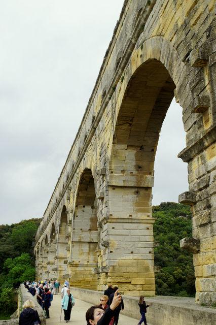 Pont du Gard, mittlere Höhe, inclusive japanischer Touristin :)