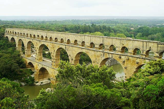 schwebend über dem Pont du Gard