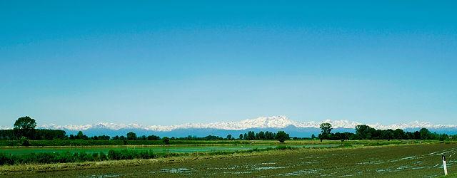 Alpengipfel schweben über der Po-Ebene