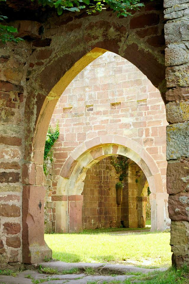 Burg Wildenberg, Blick auf den Torturm durch Trennmauer im Burghof
