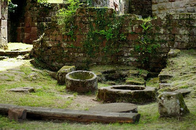 Überreste von Brunnen, Trog und Mahlstein ~ Küchenutensilien