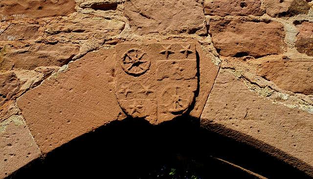 Burg Wildenberg ~ Wappen über dem Tor in der Trennwand des Hofs