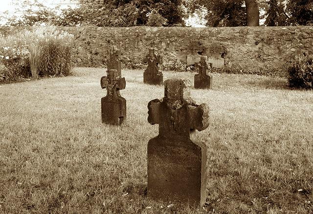 Grabsteine an der St. Lubentius-Basilika Dietkirchen