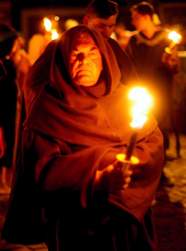 . . . oder hochgeschlossen als Mönch