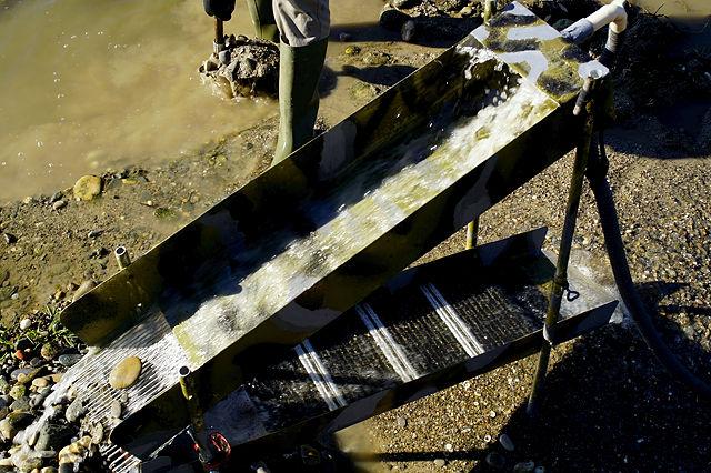 Waschrinne ~ oben wird grobes ausgefiltert, unten setzt sich zwischen den Rippen das schwere Gold ab
