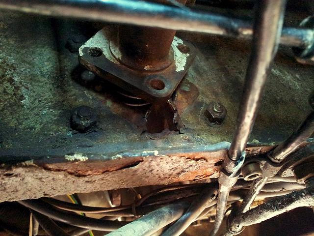der ausgerissene Geberzylinder der Kupplung ~ was unten abblättert ist der originale Unterbodenschutz