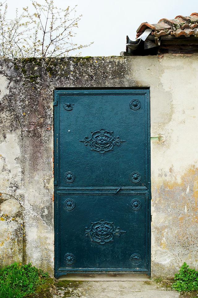 Türe mit gußeisernen Verzierungen