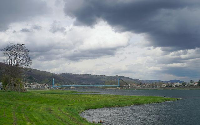 Flußlandschaft mit Hängebrücke der D1082 zwischen Sablons und Serrières