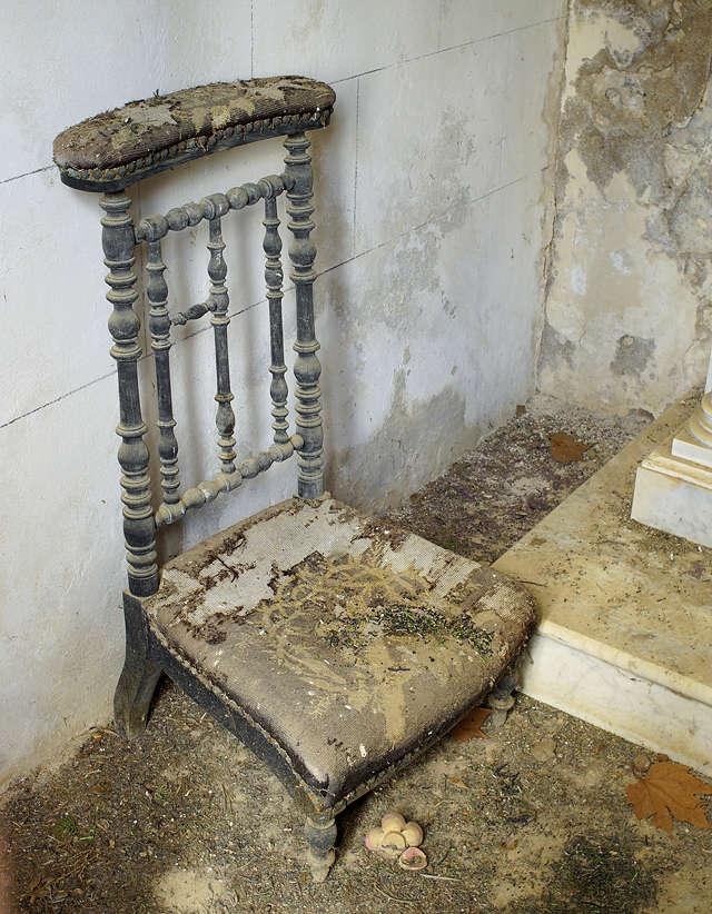ein (Knie-)Stuhl, um ausdauernder beten und trauern zu können