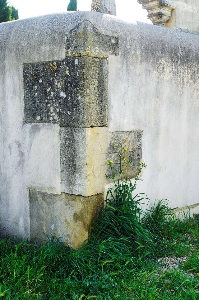 Grabsteinrecycling in der Friedhofsmauer
