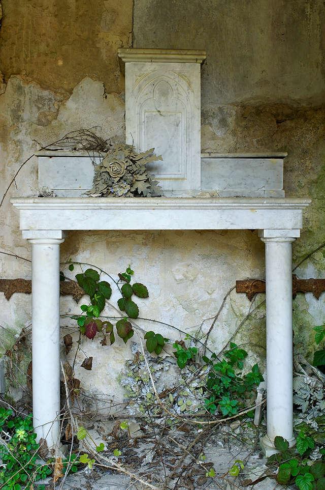 der Weg der zeitlichen Dinge ~ Altar im Grabhäuschen