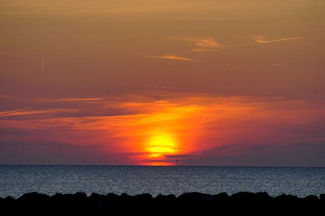 der erste Sonnenaufgang der Saison über dem Meer