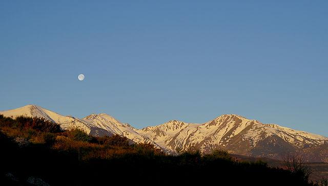 nicht mehr ganz so voll ~ Mond im Morgenlicht über Canigou