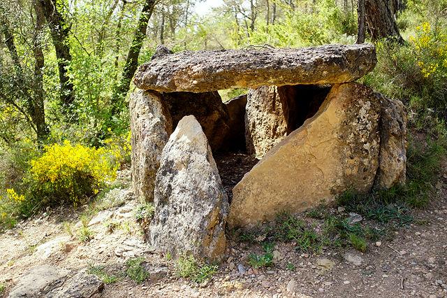 leicht zu finden: Steinkistengrab zum ersten!