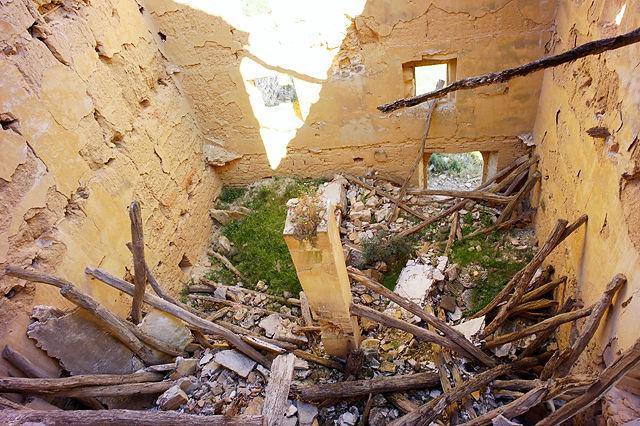 Blick nach unten in die Reste des Wohnhauses der Mönche