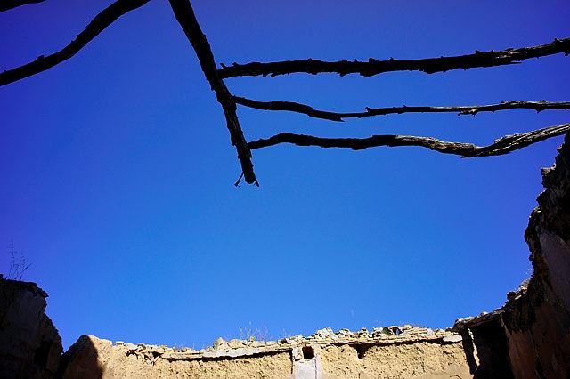 Blick nach oben~ der Rest des  Daches des Wohnhauses der Mönche