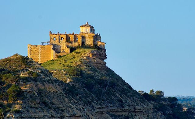 fast hängend über dem Fels ~ Ermita Magdalena im Morgenlicht