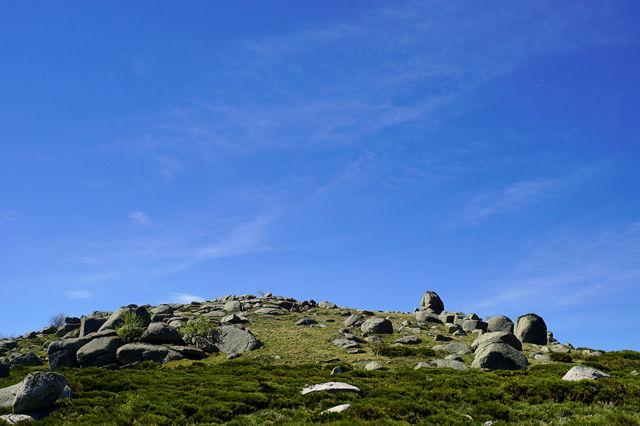 Felsen auf die Kuhwiese gestreut . . .