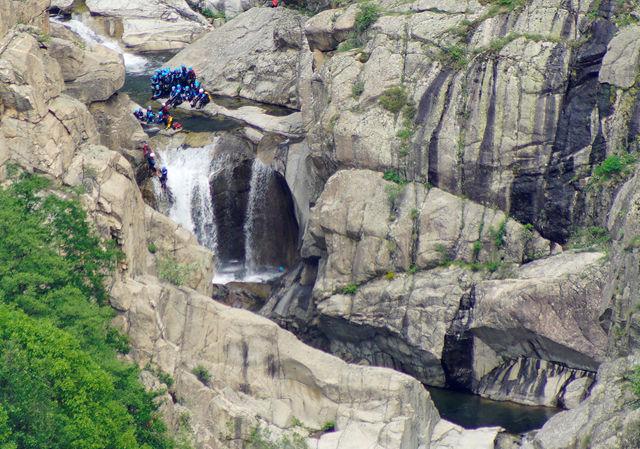 les gorges du Chassezac ~ ganz tief unten: Canyoning, abseilen am Wasserfall