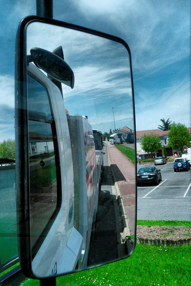 der alte Herr Magirus im Rückspiegel des großen Abschleppwagens