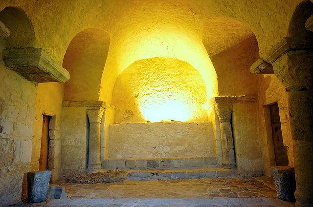 église prieurale Saint Romain Le Puy ~ Krypta